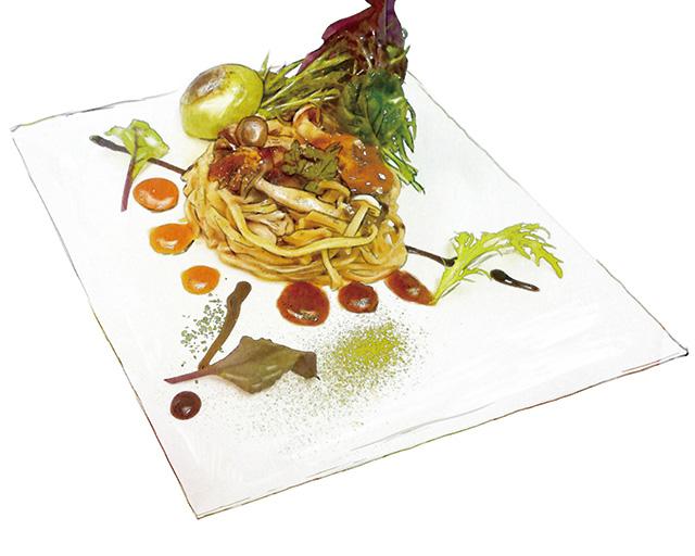 フェットチーネ きのこと黄鯛の生パスタ 〜ウ二とトマト・バルサミコソース 抹茶パン添え〜